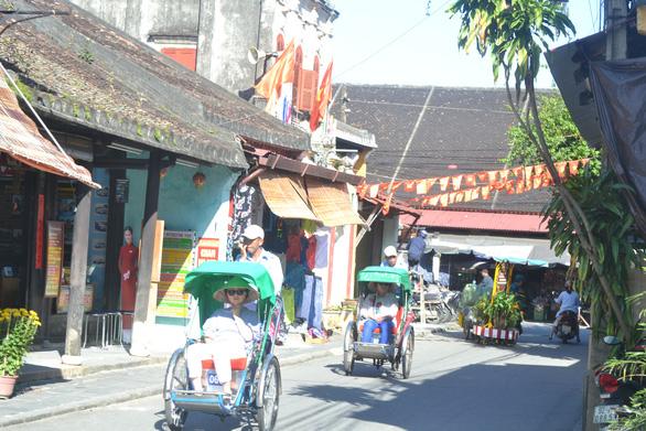 Quảng Nam ngưng vé số dạo, ngừng đón khách từ Đà Nẵng - Ảnh 1.