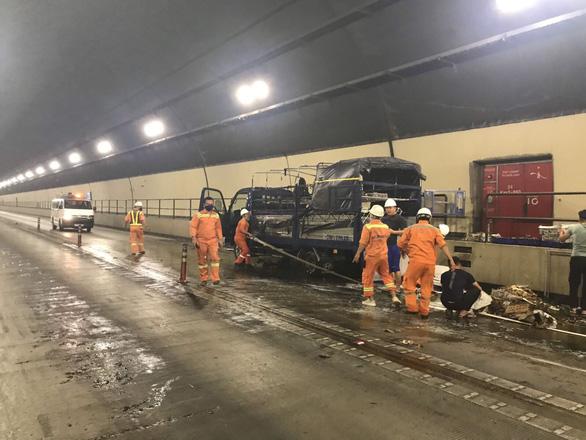 Giải cứu xe tải bốc cháy trong hầm Hải Vân - Ảnh 2.