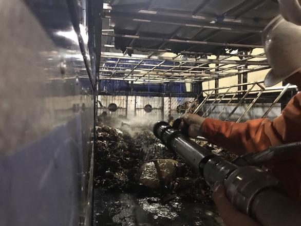 Giải cứu xe tải bốc cháy trong hầm Hải Vân - Ảnh 1.