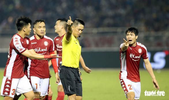 Kỷ luật 4 trọng tài trận CLB TP.HCM - Hà Nội FC - Ảnh 1.
