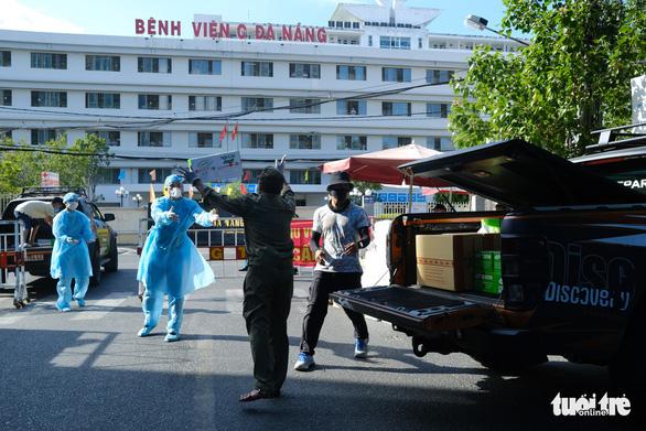 Tiếp tế 100.000 khẩu trang cho 3 bệnh viện Đà Nẵng bị phong tỏa - Ảnh 1.