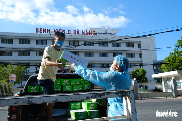 Tiếp tế 100.000 khẩu trang cho 3 bệnh viện Đà Nẵng bị phong tỏa - Ảnh 3.