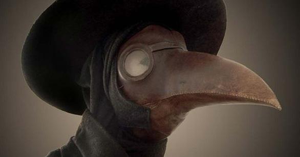 Tại sao bác sĩ tham gia chữa dịch hạch lại mặc đồ đen mang mặt nạ mỏ chim? - Ảnh 1.