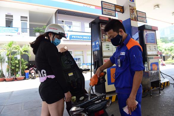 Chi quỹ bình ổn, giá xăng dầu tăng nhẹ - Ảnh 1.