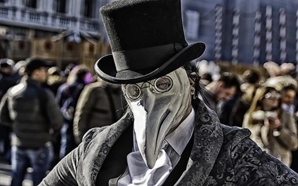 Tại sao bác sĩ tham gia chữa dịch hạch lại mặc đồ đen mang mặt nạ mỏ chim? - Ảnh 6.