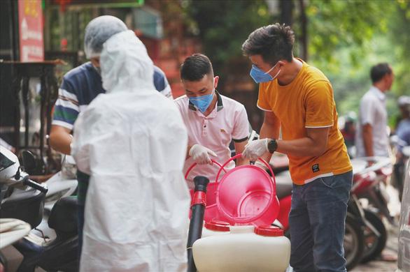 Hà Nội phong tỏa ngõ 466 phố Hoàng Hoa Thám nơi có người nghi nhiễm COVID-19 - Ảnh 2.