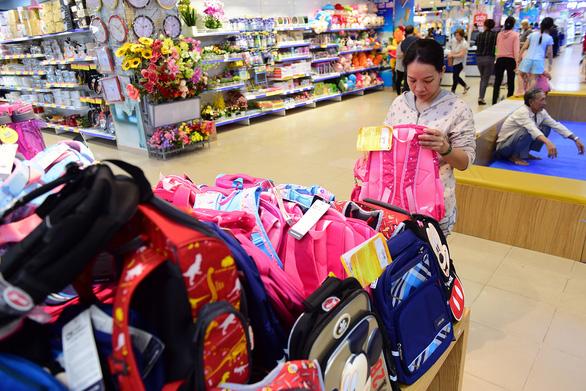 Vào siêu thị sắm đồ dùng học tập Việt giá mềm - Ảnh 1.
