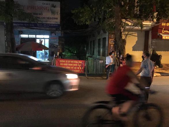 Hà Nội phong tỏa ngõ 466 phố Hoàng Hoa Thám nơi có người nghi nhiễm COVID-19 - Ảnh 1.