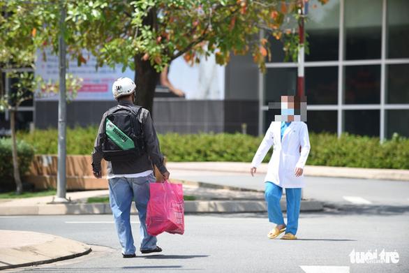 Gần 100 người tiếp xúc với 2 bệnh nhân nhiễm COVID-19 ở TP.HCM - Ảnh 1.