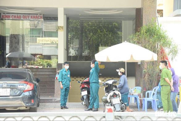 Phong tỏa một khách sạn đối diện Bệnh viện Chợ Rẫy, cách ly 44 người - Ảnh 1.