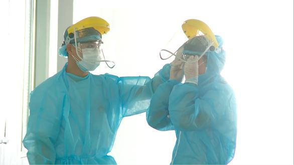 Đà Nẵng: Hàng trăm tình nguyện viên đáp ứng, giúp Bệnh viện 199 bị quá tải - Ảnh 2.