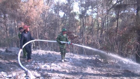 Hơn 300 người mới dập được đám cháy rừng nghi do đốt rác gây nên - Ảnh 1.