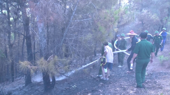 Hơn 300 người mới dập được đám cháy rừng nghi do đốt rác gây nên - Ảnh 2.