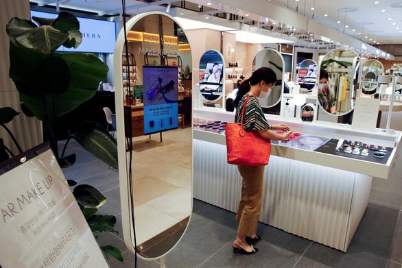 Một thành phố Hàn Quốc lại siết giãn cách xã hội khi số ca mới tăng cao - Ảnh 1.