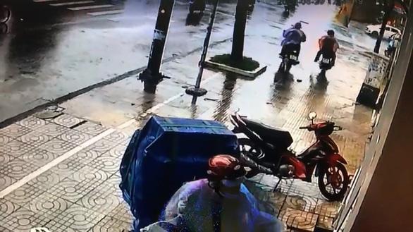 Trộm xe làm rớt chiếc ví, phát hiện có đến... hai nạn nhân? - Ảnh 1.