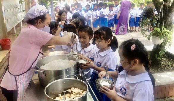 TP.HCM thiếu lớp bán trú năm học mới, phụ huynh đôn đáo tìm chỗ gởi con - Ảnh 1.