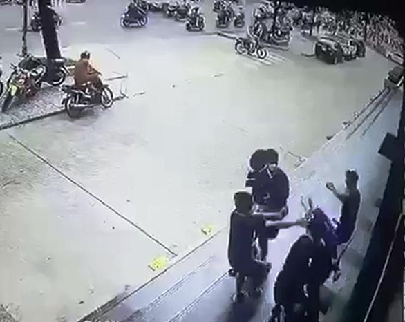 Bắn súng gas, đánh hội đồng' trước trung tâm thương mại Gò Vấp - Ảnh 1.