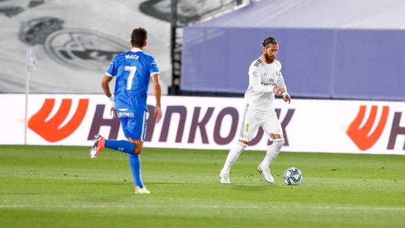 Thắng sát nút Getafe, Real Madrid tạo khoảng cách 4 điểm với Barca - Ảnh 2.