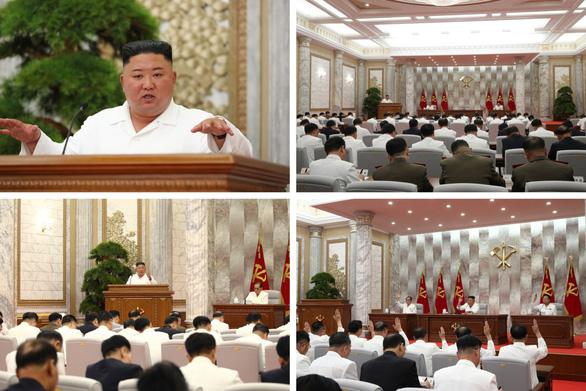 Ông Kim Jong Un tái xuất sau 3 tuần, chỉ đạo cuộc họp chống dịch COVID-19 - Ảnh 2.