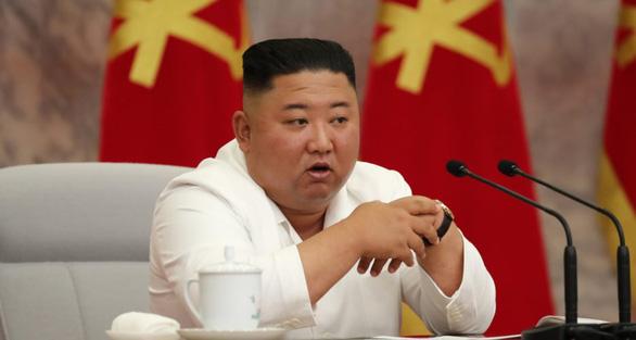 Ông Kim Jong Un tái xuất sau 3 tuần, chỉ đạo cuộc họp chống dịch COVID-19 - Ảnh 1.
