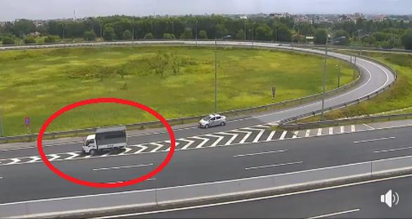 Nữ tài xế đi lùi xe tải hơn 1km trên cao tốc Hà Nội - Hải Phòng - Ảnh 2.