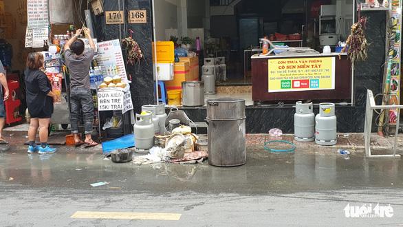 Cháy quán cơm trong khu phố Tây Sài Gòn, kịp cứu 7 người mắc kẹt - Ảnh 3.