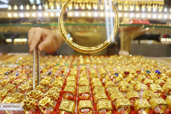 Giá vàng miếng SJC lên gần 50 triệu đồng/lượng, liên tục lập đỉnh mới - Ảnh 1.