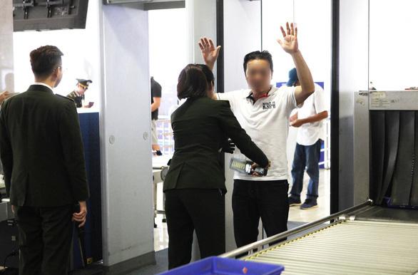 Ba hành khách bị cấm đi máy bay 1 năm - Ảnh 1.