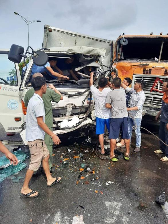 Huy động máy cày giải cứu tài xế xe tải mắc kẹt trong cabin - Ảnh 2.