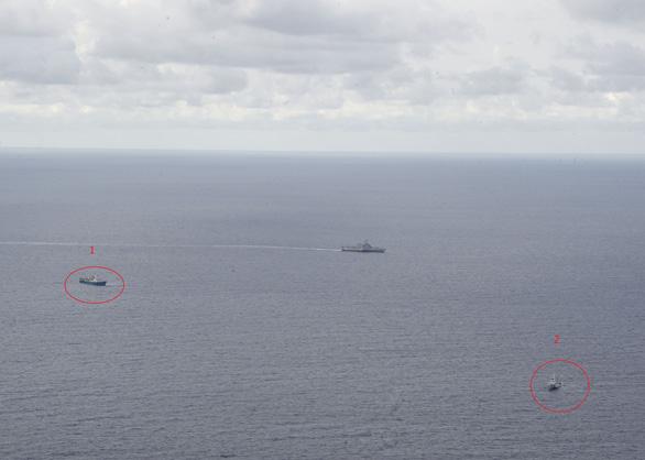 Tàu chiến Mỹ, tàu kiểm ngư Việt Nam, tàu Hải Dương 4 xuất hiện gần nhau ở Biển Đông - Ảnh 2.