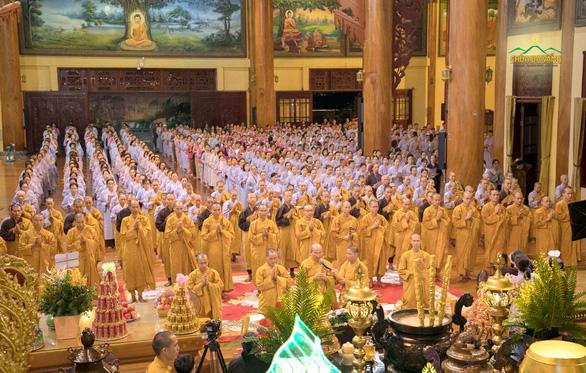 Chùa Ba Vàng rầm rộ tổ chức cầu nguyện, khóa tu dù dịch COVID-19 phức tạp - Ảnh 1.