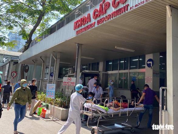 Bệnh viện Chợ Rẫy lấy mẫu xét nghiệm COVID-19 với 208 nhân viên y tế - Ảnh 1.