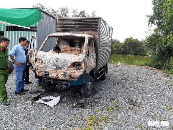 Xe tải đang đậu tại tiệm sửa xe bỗng dưng bốc cháy - Ảnh 2.