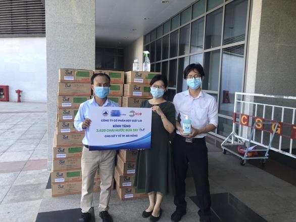 Tiếp sức hơn 2.000 lít dung dịch rửa tay On1 đến Đà Nẵng, Quảng Nam, Quảng Ngãi - Ảnh 1.