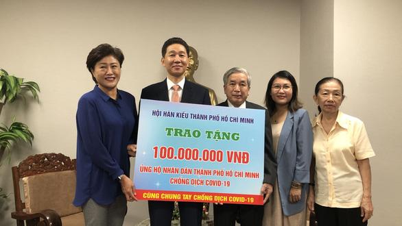 Hội Hàn Kiều TP.HCM trao 100 triệu đồng ủng hộ người dân bị ảnh hưởng bởi COVID-19 - Ảnh 1.