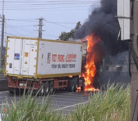 Xe container đang chạy bỗng phát hỏa, cháy rụi cabin - Ảnh 1.