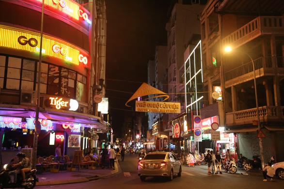 Đúng 0h sáng 31-7, phường trung tâm TP.HCM vận động các quán ở phố Tây đóng cửa - Ảnh 5.