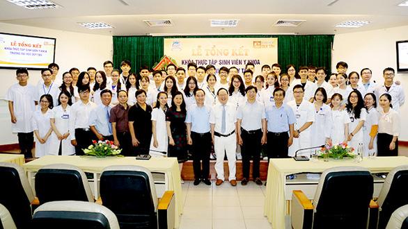 216 sinh viên Y khoa ĐH Duy Tân hoàn thành thực tập lâm sàng tại Bệnh viện TW Huế - Ảnh 1.