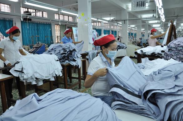 Doanh nghiệp ngành may lao đao trước quy định chạy tiền nộp thuế trước - Ảnh 1.