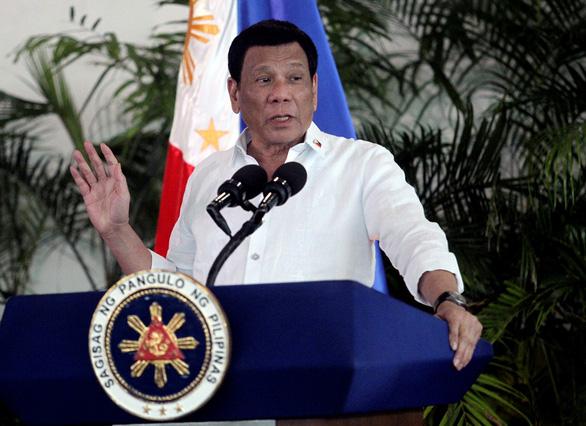 Tổng thống Philippines khuyên dùng xăng dầu để khử trùng khẩu trang - Ảnh 1.