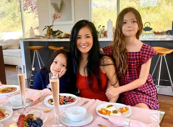 Hồng Nhung và hai con từ Mỹ về, lạc quan vui vẻ ở khu cách ly Quảng Ninh - Ảnh 1.