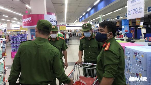 Trực đêm xong, sáng sớm cảnh sát 113 đi siêu thị mua đồ tiếp sức bác sĩ - Ảnh 2.