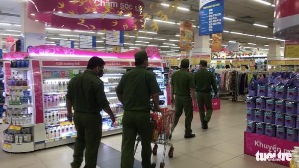 Trực đêm xong, sáng sớm cảnh sát 113 đi siêu thị mua đồ tiếp sức bác sĩ - Ảnh 1.