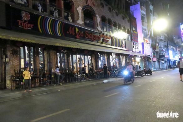 TP.HCM sau 0h ngày 31-7: một số quán đóng cửa nhưng bên trong vẫn còn khách - Ảnh 9.