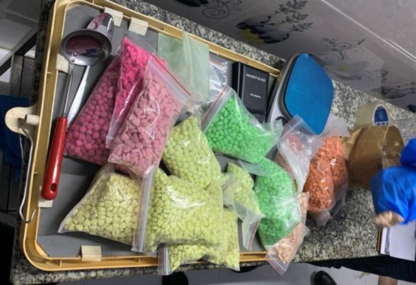 Triệt phá đường dây đưa 76kg ma túy tổng hợp và 17.000 viên thuốc lắc từ Campuchia về TP.HCM - Ảnh 1.