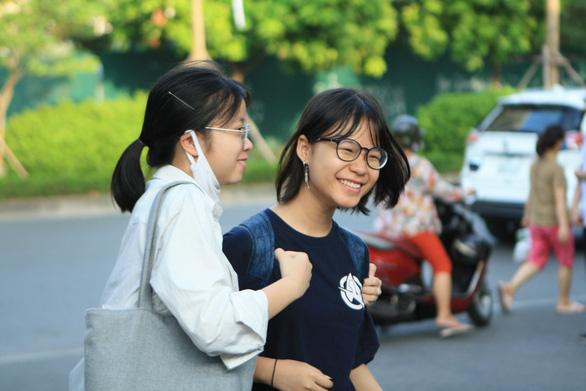 Nhiều trường THPT ở Hà Nội chốt mức điểm chuẩn trên ngưỡng 40 - Ảnh 1.