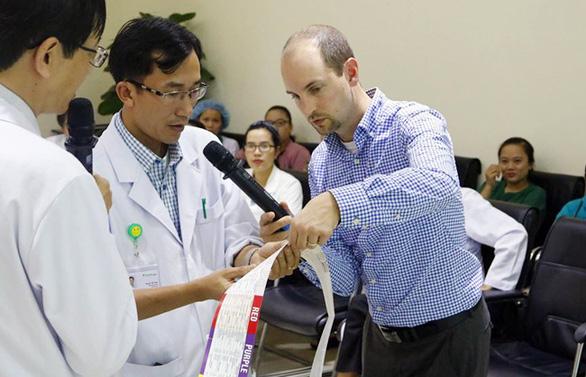 Nỗ lực học tập không ngừng vì sức khỏe người bệnh - Ảnh 2.