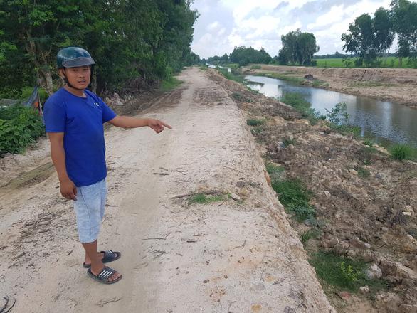 Chở bùn đất kênh đi nơi khác bị phạt 165 triệu  - Ảnh 1.
