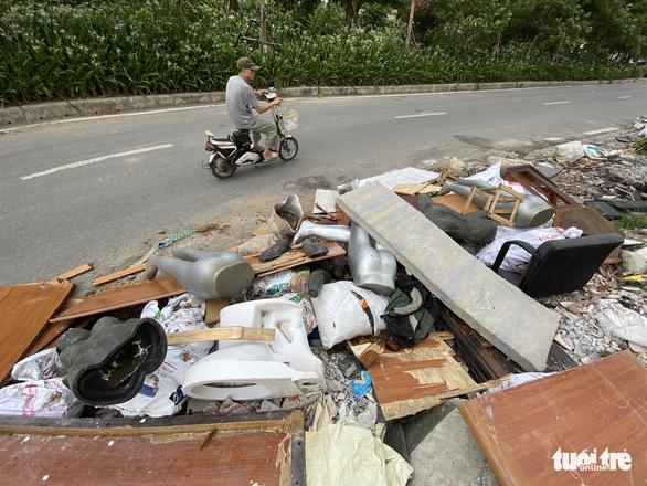 Mới mở 2 năm, đường Đồng Cổ giữa thủ đô đã đầy rác - Ảnh 1.
