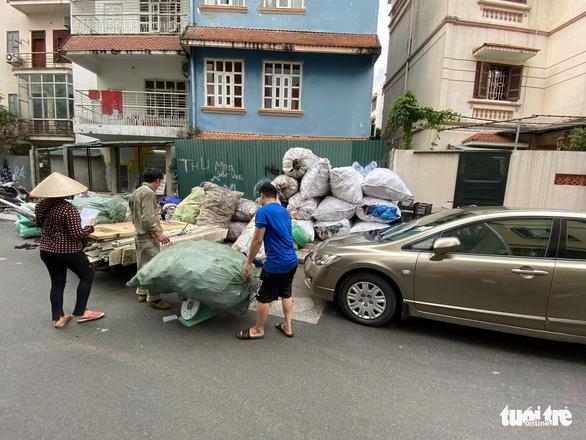 Mới mở 2 năm, đường Đồng Cổ giữa thủ đô đã đầy rác - Ảnh 6.